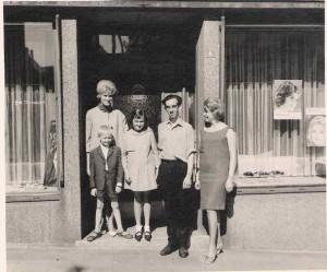 Walburga mit Sohn Rainer 1960